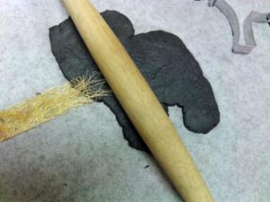 JOVI paperimassalla muotoiltu hirvi koristellaan karkeilla kuvioilla