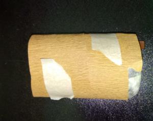 Lasipurkki, johon on kiinnitetty paperimassa, kietaistaan kiinnityspaperi