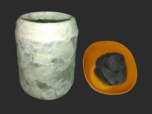 Lasipurkki johon on liimattu paperisuikaleita JOVI akryylilakalla sekä värjätty Patmache