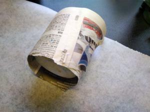 Kiedo lasipurkki sanomalehteen