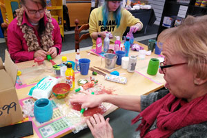 Keskittynyttä askartelua DIY JOVI- workshop
